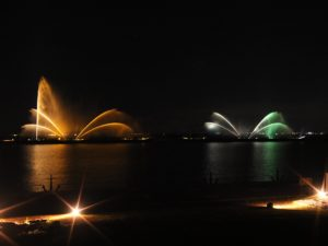 琵琶湖の噴水ライトアップ
